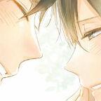 Zwei junge Männer schauen sich verliebt ins Gesicht es wird gelächelt