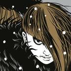 Kind mit Fellmütze und offenem Mund böse schauende große Frau rechte Auge sichtbar Haare im Gesicht